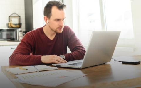 mężczyzna przy komputerze